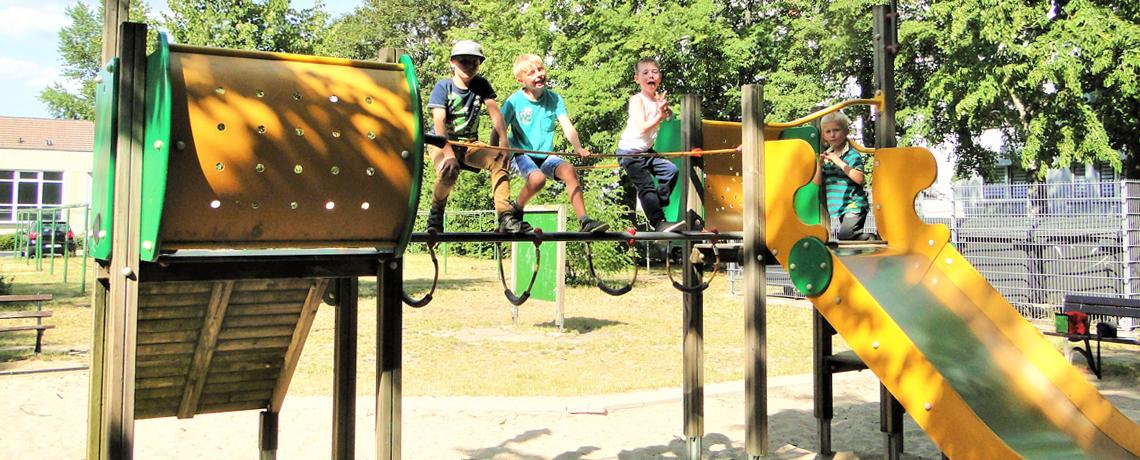 Kinder auf einem Spielplatz einer Wohnanlage der WoWi Fürstenwalde (Spree)