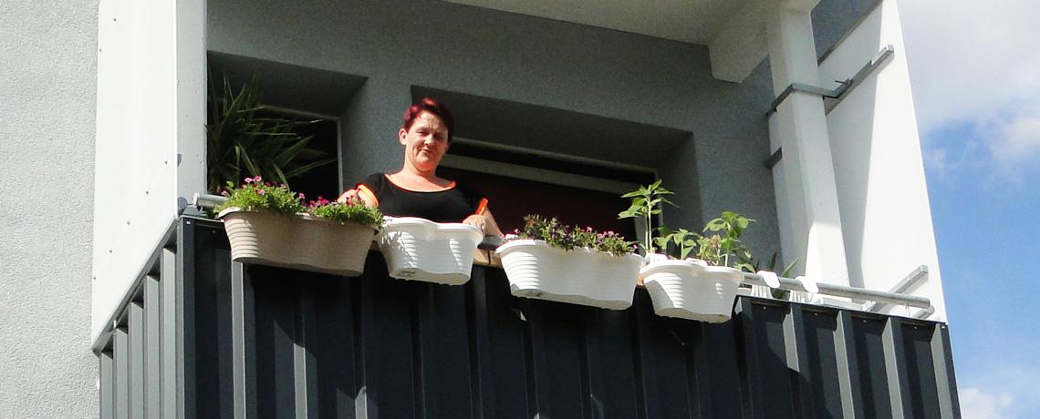 Bepflanzter Balkon einer Wohnanlage der WoWi Fürstenwalde (Spree)