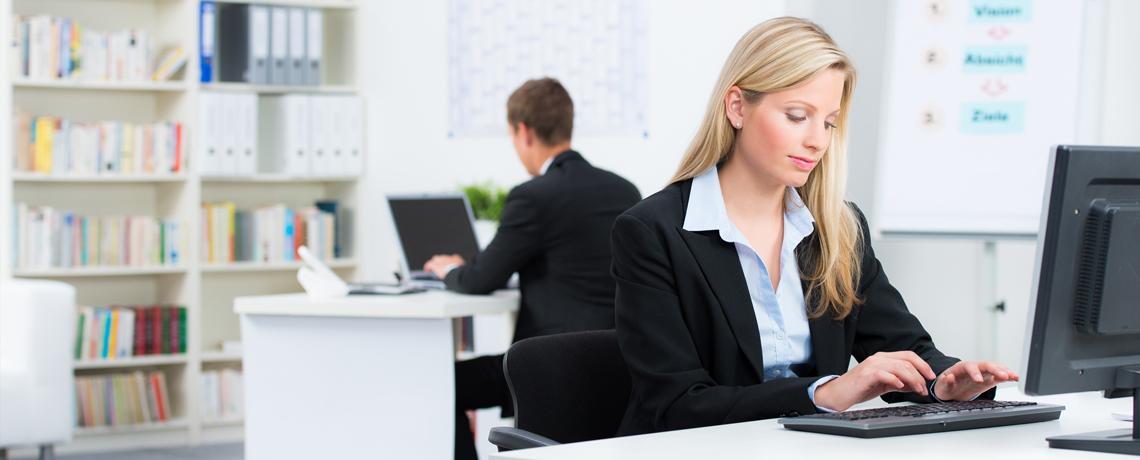 Innenaufnahme eines Büros mit zwei Mitarbeitern