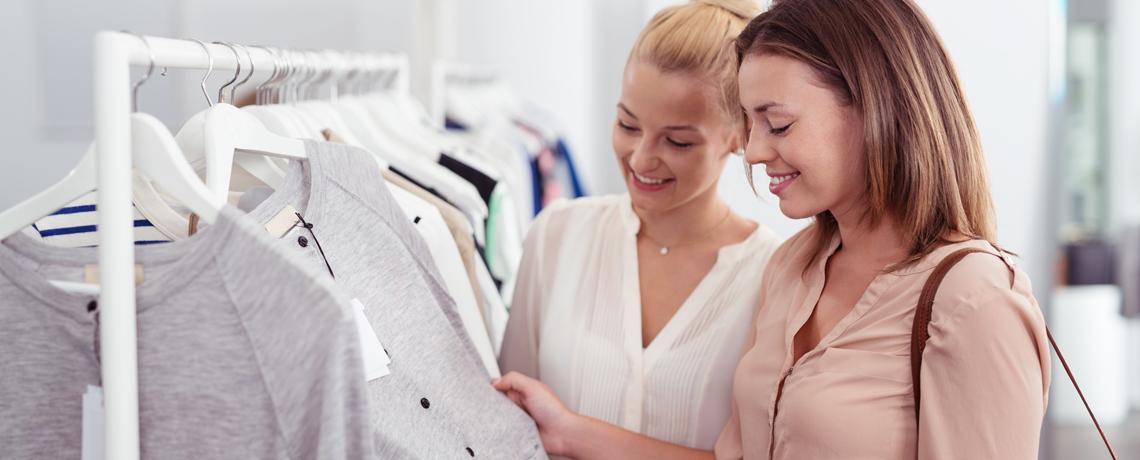 Einzelhandel Beispiel: Modegeschäft mit zwei Kundinnen