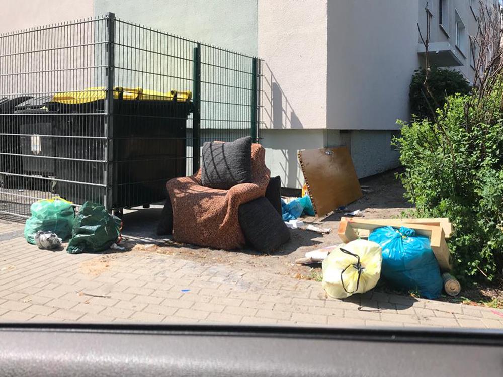 Sperrmüll egehört nicht neben die Abfallbehälterplätze